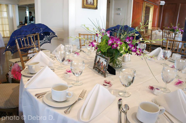 jene-table-setting-with-parasols-and-flowers